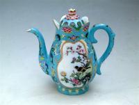 """Czajnik-z-motywem-kwiatów-i-ptaków-Technika:-emalie-i-farby-naszkliwne-z-""""rodziny-różu""""--czas-powstania:-1723-1735-cesarz-Yinzhen-(Dynastia-Qing,-era-Yongzheng)-własność:-kolekcja-prywatna"""