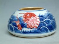 Naczynie-na-wodę-z-motywem-fal-morskich-i-ryb-Technika-podszkliwne-malarstwo-kobaltem-i-czerwienią,-czas-powstania-1644-1911<br>Dynastia-(Qing)