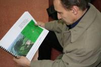 zdjęcie-profesora-Chudziaka-z-projektem-skansenu