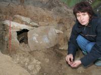 Małgorzata-Kurzyńska,-archeolog-z-Muzeum-w-Grudziądzu-przy-grobie.